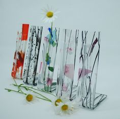 Display a single stem flower with our elegant fused glass flower pockets. Each handmade by our artists, and guaranteed to brighten any space. Approx Size: 17cm x 4cm