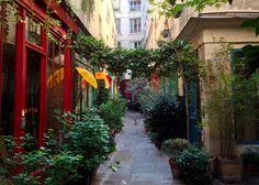 Paris. À quelques pas du Musée des Arts et Métiers (3ème arrondissement), le passage de l'Ancre est une petite voie privée insolite, à ne pas louper lors d'une promenade dans les quartiers (tout proches) de Beaubourg ou du Marais.