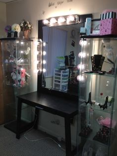 Elegant Makeup Room Checklist & Idea Guide for the best ideas in Beauty Room decor for your makeup vanity and makeup collection. Vanity Set, Black Vanity Desk, Mirrored Vanity Desk, Diy Vanity Mirror, Diy Makeup Vanity, Vanity Room, Makeup Vanities, Makeup Storage, Vanity Ideas