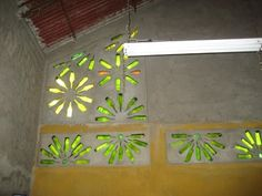 Em construção: Alternativa para blocos de vidro Bottle House, Bottle Wall, Cob House Plans, Bussines Ideas, Green Glass Bottles, Earthship, Recycle Plastic Bottles, Glass Blocks, Home And Deco