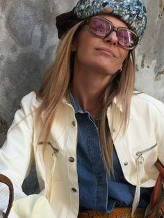 """Vintage Sonnenbrille von VERSACE, beeindruckend die irisierende Farbe, ein sehr schönes weiches Braun, am ehesten zu beschreiben wie """"schimmernd"""" und """"Cappuccino""""   ;-) Modell Nr. 294, Versace Medusa #versace #vintageversace #medusa #vintagesunglasses #vintageglasses #vintageshop #vienna #kunst19bybg #KunstbyBG_Bettina_Gaber Medusa, Versace, Mirrored Sunglasses, Shopping, Vintage, Fashion, Sunglasses, Get Tan, Scale Model"""