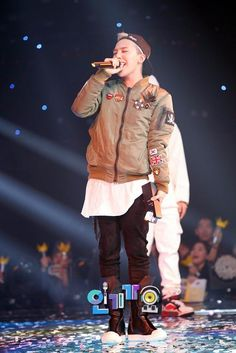 "G-Dragon during his encore performance of ""Crooked"", after his win at Inkigayo on September 29. From SBS Inkigayo's website"
