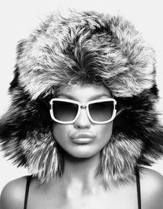 Девушка в шапке, зима, чб