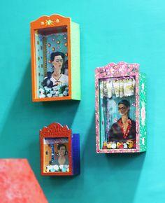 Na parede os relicários da coleção Frida Kahlo da artista plastica Cristina Bottallo.