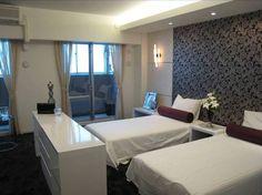 インテリアコーディネート ベッドルーム・寝室|真っ白なリネンが気分を引き締めてくれます。全体を白でまとめて、さりげなくクッションに色を入れる、というのもプロの技!