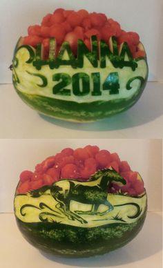 graduation watermelon carving Watermelon Fruit Salad, Watermelon Basket, Watermelon Recipes, Watermelon Carving Easy, Carved Watermelon, Fruit Buffet, Fruit Platters, Fruits Decoration, Fruit Sculptures