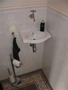 Dit schattig klassieke fontein bakje met bijpassende wandkraan maakt de toiletruimte, met prachtige handvorm wandtegels en vloertegels met decor, echt af