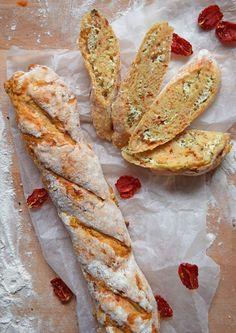 Herzhaftes Baguette mit Kräuterquarkfüllung