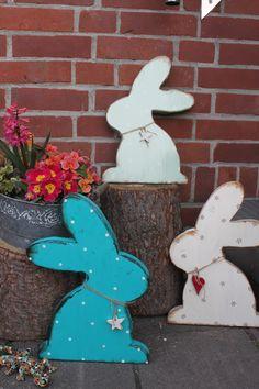 Großer *Holzhase* im Shabby Stil als schöne Oster-Deko für den Eingangbereich.  Nach einer Bestellung werde ich den Hasen in der gewünschten Farbe anfertigen und zum Schluß lackieren so das er...