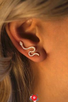 Ear Cuffs Snake Cuff with CZ / Ear Stud / Trendy Earrings / Ear Climber / Mini Ohrstulpen Snake Cuff mit CZ / Ohrstecker / Trendy Ohrringe / Ear Climber / Mini Ear Jewelry, Cute Jewelry, Jewelery, Jewelry Accessories, Snake Jewelry, Jewelry Ideas, Cartier Jewelry, Skull Jewelry, Trendy Accessories