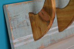 Ce porte manteaux avec ses trois crochets en forme de dérive de surf donne un aspect très rétro-surf à votre intérieur. Dimensions 49x19cm et 14cm de profondeur Muni de crochets de fixation au dos.   Il est assorti avec le modèle à un seul crochet, nommé Porte manteaux single fin de la boutique, me contacter pour obtenir un tarif si les deux sont achetés. Disponible sur commande dans dautres coloris.