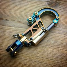 Ready for everyday combat / Titanium Key Carabiner Keychain Keychain Tools, Diy Keychain, Keychains, Tactical Swords, Tactical Gear, Key Carabiner, Urban Edc, Survival Life Hacks, Edc Everyday Carry