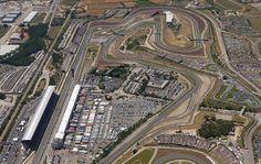 Stezo v Barceloni, ki meri 4,6 kilometra, odlikujejo dolge ravnine in raznoliki ovinki, kar jo uvršča med najbolj vsestranska dirkališča v koledarju formule 1.