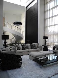 O living projetado pelas arquitetas Elaine Zanon e Claudia Machado faz uma bela composição de brancos, pretos e cinzas.