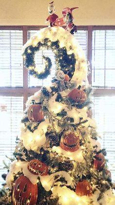 Halloween Christmas Tree, Nightmare Before Christmas Pumpkin, Nightmare Before Christmas Decorations, Christmas Tree Themes, Disney Christmas, Holiday Tree, Christmas Pictures, Christmas Projects, Christmas Time