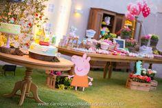 Meninas, olhem que festa apaixonante dos 2 anos de Catarina com o tema Peppa Pig, o aniversário foi todo montado no jardim da casa da anive...