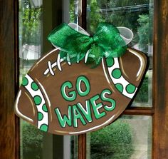 XL Football Door Hanger in your team's colors. Saw this on Etsy and thought it would be fun to do OSU or Michigan for our area. Burlap Projects, Burlap Crafts, Wood Crafts, Diy Projects, Diy Crafts, Burlap Football, Football Crafts, Football Parties, Football Food