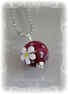 Glasperlenanhänger dunkles Pink mit weißer Blume
