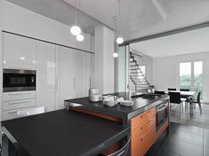 Aménager un îlot central au sein d'une cuisine ouverte sur le salon ou la terrasse implique une bonne dose de réflexion en amont. Découvrez 58 idées sympas