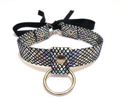 Holographic collar made with round studs, metal triangles, satin ribbon, metal ring and holographic faux leather.  This o ring choker is custom made, so with your purchase, please message me with your neck circumference.  Height of collar: 2 cm  With your purchase, you will receive a tracki...