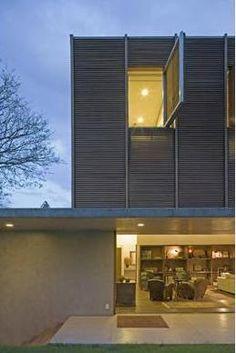 Casa Marrom: Isay Weinfeld. Fachada em Madeira Ripada e Concreto