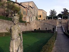 Volta Mantovana è una cittadina di origine medievale. Ancora oggi il borgo conserva, nel centro storico, i resti del castello eretto nell'undicesimo secolo.