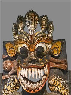 Maha-Kola Sanniya, le Maître des démons de maladie Sri Lanka, avant 1899 Bois, pigments, poils Pitt Rivers Museum, university of Oxford, Royaume-Uni