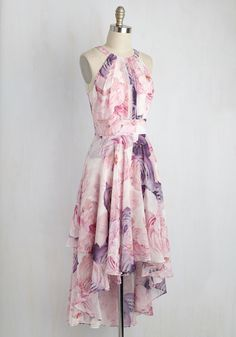 Floral Dresses for Wedding Guests, bridal showers, and parties and other events! A collection of pretty floral print dresses short and long styles, ideal for spring or summer wedding attire! Trendy Dresses, Cute Dresses, Beautiful Dresses, Casual Dresses, Fashion Dresses, Long Dresses, Dress Long, Long Gowns, Floral Dresses