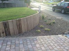 62 Ideas for raised gravel patio retaining walls Gravel Patio, Concrete Patio, Driveway Landscaping, Walkway, Circular Patio, Retaining Walls, Diy Patio, Garden Paths, Oak Sleepers