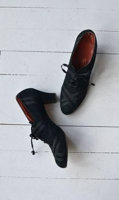my dream shoes - impossible to find - I. Magnin oxford heels vintage oxfords black by DearGolden 1930s Shoes, Vintage Shoes, Vintage Accessories, Vintage Outfits, Vintage Fashion, Pretty Shoes, Beautiful Shoes, Simply Beautiful, Me Too Shoes