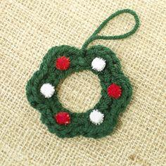Free crochet mini Christmas wreath pattern. Easy project.