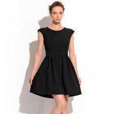 Sukienka ze zamkiem na plecach. Rozkloszowana mała czarna na podszewce, ze złotym zamkiem na plecach, drapowana w pasie.  Skład: 33% wiskoza, 4% elastan, 63% poliester