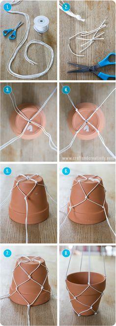 1.2麻紐など、太めの紐を8本カットし、束ねて結び目を作ります。 3.4鉢底の穴に通し、二本ずつを束ねて結び目をつくっていきます。 5~8結び目を作ったら、その二本を別々にして、隣の紐と合わせて結び目を作るのを繰り返していくと完成します。