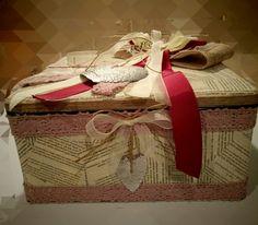 Artista Monica Bonaventura.  Recupero di scatola in latta abbellita con pagine di un libro antico e alcuni pizzi vintage riciclati da camicie. Il cuore è stato intagliato da una lattina di birra