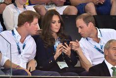 Pin for Later: Kate hüpft in High-Heels und vergnügt sich mit den Prinzen  Kate gab Harry und William einen Einblick in ihr Handy.