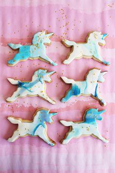 Poppytalk: One Unicorn Cookie Unicorn Birthday Parties, Unicorn Party, Birthday Ideas, Girl Birthday, Birthday Cake, Luau Cookies, Unicorn Wedding, Unicorn Foods, Horse Treats