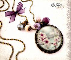 Collier Sautoir Cabochon • Fleurs de cerisier • sakura mauve blanc gris verre : Collier par bykloe