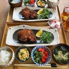 "yumemi on Instagram: ""姉ちゃんが食べたいって言うけん かつお節衣の唐揚げリターンズ🧡 ちょっと焦げたけど(笑)   新しいお皿買ったけん 嬉しくてにやにや。。。🤤💘 @tablewareeast の🌱 可愛いのありすぎて安いしいっぱい 買ってしまう。 しまう場所ないのに。←…"" Japanese Food, Food And Drink, Cooking Recipes, Beef, Meals, Dishes, Chicken, Favorite Things, Japanese Kitchen"