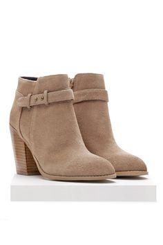 Me encanta las botas! Yo quiero las botas perfectas porque no tengo las botas. Llevo las botas con los jeans, los pantalones, o el vestido. Las botas es mas informal de los zapatos blancos. Las botas son café y muy bonita para mi.