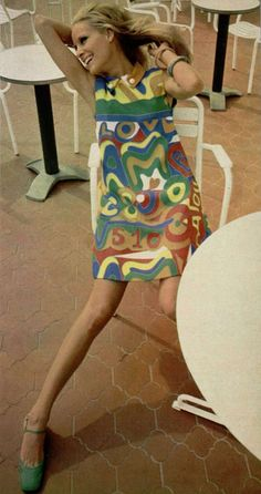 JEAN PATOU was one of the sixties designers who did dresses with Pop Art patterns. Pucci and Peter Max were 2 other designers who embraced this trend. 60s Fashion Trends, 60s And 70s Fashion, Mod Fashion, Fashion Images, Vintage Fashion, Fashion Pictures, Gothic Fashion, Moda Retro, Moda Vintage