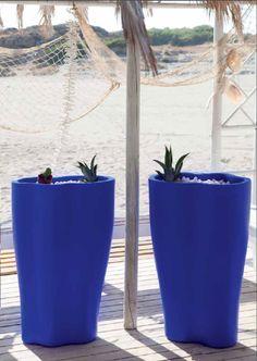 http://sach4events.com/ HONOLULU Medidas 59 x 59 x 90:cm .Tudo disponível com um tubo de drenagem que facilita o fluxo de água para uso externo. Disponível com opções tao práticas como o kit de auto- rego que pode livrá-lo de regar as suas plantas diariamente e ter certeza de que elas vão ser mantidas e regadas.   Adequados para interior e exterior