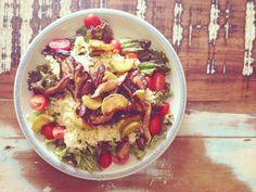 Eu amo cuscuz marroquino! Não só porque ele é uma delícia, mas também  porque é uma preparação ultra versátil. Você pode fazer uma salada, para  acompanhar qualquer grelhado ou simplesmente com legumes como fiz nessa  receita de hoje. Ajuda muito quem mora sozinho, e não está muito afim de cozinhar. Itens  indispensável na dispensa de casa!