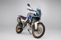 2018 Honda Africa Twin Adventure Sports Honda unveils a more off-road worthy Africa Twin at the EICMA motorcycle show in Italy. Say hello to the 2018 Honda Africa Twin Adventure Sports. Concept Motorcycles, Honda Motorcycles, Cars And Motorcycles, Honda Bikes, Super Sport, Moto 125cc, Scooters, Offroad, Touring