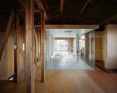 La maison a été construite pendant l'ère d'après-guerre du Japon, où l'influence de la conception occidentale est devenue populaire. L'imitation superficielle de l'architecture occidentale a été utilisée pour la conception du logement commun. Dans le cadre de cette tendance, la maison cherchait à imiter celles en brique, nombreuses en Angleterre.