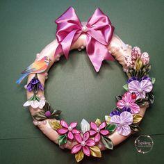 Tavaszköszöntő ajtódísz kanzashi virágokkal. Jewelry, Jewellery Making, Jewelery, Jewlery, Jewels, Jewerly, Fine Jewelry, Jewel