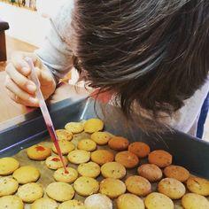 Herr Doktor die Pipette!!!  #fraubpunkt #pin #familyday #weihnachtsbäckerei #inthemaking #printen #amarenakirschsirup