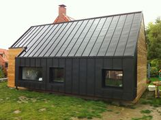 Bardage et toiture en joint debout. House Cladding, Metal Cladding, Black House Exterior, Tiny House Cabin, Shed Homes, Modern Barn, Metal Buildings, Glamping, Exterior Design