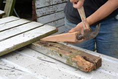 driving a wood wedge to take apart pallets or fences without fancy tools / funkyjunkinteriors.net