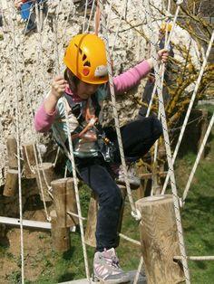 Urbasa Abentura. Es un parque de aventuras situado en la localidad de Larraona en Navarra.    Tirolinas, pasos tibetanos, escalada... con varios recorridos tanto para adultos como para niños.