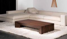 Mesa de centro baja de madera oscura
